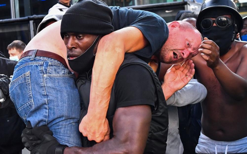 Homem negro salva a vida de manifestante racista e viraliza nas redes