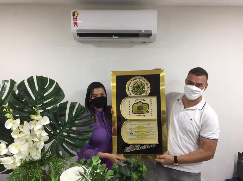 """Entrega de """"placa de bronze"""" a prefeito de Sapé confirma matéria do ExpressoPB e segue insatisfação de vereadores"""